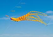 красочные осьминог кайт пролетел в ярко-голубого неба на лонг-бич фестиваль воздушных змеев — Стоковое фото