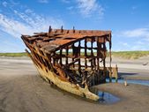 Rusty Wreckage of a Ship on a Beach on the Oregon Coast USA — Foto Stock