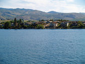 Houses on the Shore of Lake Chelan Washington USA — Foto de Stock