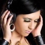 dziewczyna słuchania muzyki w słuchawkach — Zdjęcie stockowe