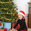 Little girl open christmas present - Foto Stock