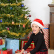 Little girl open christmas present - Stockfoto