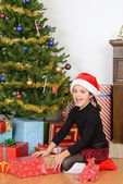 Little girl open christmas present — Foto Stock