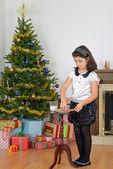 Маленькая девочка, протягивая молока печенье для Санта — Стоковое фото
