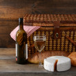 Vintage picnic basket with wine — Stock Photo