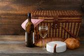 Vintage picnic basket with wine — Stock Photo