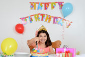 Happy child cutting birthday cake — Foto de Stock