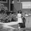 Vintage girl with lemonade stand — 图库照片