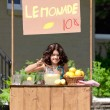jeune fille une limonade à son stand — Photo