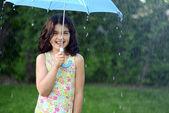 Küçük kız yağmur — Stok fotoğraf