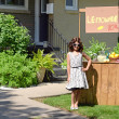 Little girl with lemonade stand — Stock Photo