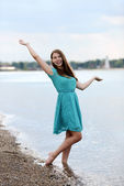 Tiener meisje plezier op het strand — Stockfoto