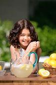 Szczęśliwa dziewczyna na stoisku lemoniady — Zdjęcie stockowe