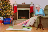 Senior woman remembering her cat at christmas time — Stock Photo