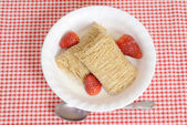 Top view bowl shredded wheat with strawberries — Stockfoto