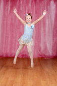 Pequena bailarina saltando no tutu azul — Foto Stock