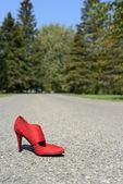 Yol üzerinde kırmızı yüksek topuk ayakkabı — Stok fotoğraf