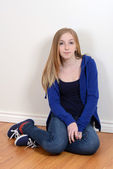 Teen girl sitting on the floor — Stock Photo