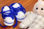 Baby shoes and bear — Stock Photo