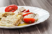 Pescado asado y ensalada caprese italiano — Foto de Stock