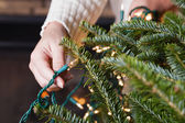 Decorating Christmas tree — Stockfoto