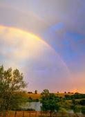 Regnbåge över gården — Stockfoto
