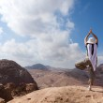 Yoga in the desert — Stock Photo