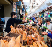 People are shopping at Mahane Yehuda — Stock Photo
