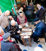 Männer spielen backgammon-spiel — Stockfoto