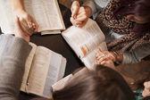 Vrouwen buigen en bidden — Stockfoto