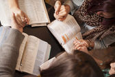 ženy luk a modlit se — Stock fotografie