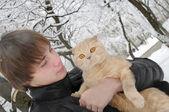 スコティッシュフォールド猫を持つ男 — ストック写真