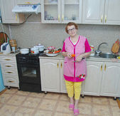 Senior woman in kitchen — ストック写真