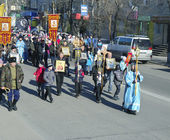 SVOBODNY, RUSSIA - OKT 11. 2013 :Parishioners go in procession — Стоковое фото