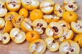 Quince fruits on the board, cut ready for processing — Stock Photo
