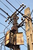 Säulen mit rostigen und kreuzung kabel — Stockfoto