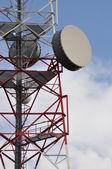 Telekomunikační věž s mobil anténní systém — Stock fotografie