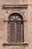 Antigua ventana en un edificio en la ciudad italiana — Foto de Stock