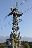 与移动电话站在山中的电缆车 — 图库照片
