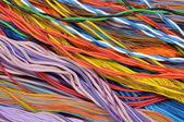コンピューターとインターネットのネットワークのカラフルなケーブル — ストック写真