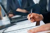 Бизнесмен в руки с ручкой и документов — Стоковое фото