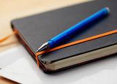Närbild anteckningsblock och penna — Stockfoto