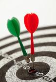 Dois dardos em um alvo de dardos — Foto Stock