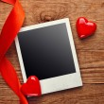lege instant foto en kleine rode harten met lint op oude dark grunge achtergrond — Stockfoto