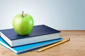 书,与苹果和桌上的铅笔笔记本 — 图库照片
