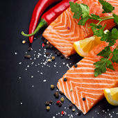 Fresh salmon on black plate — 图库照片