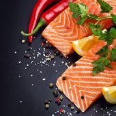 Saumon frais sur plaque noire — Photo