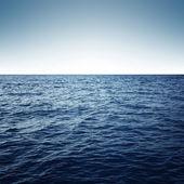 蓝色的大海与海浪和清澈的蓝天 — 图库照片