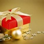 boîte de cadeau de Noël avec des boules de Noël — Photo