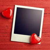 пустой фото и маленькие красные сердечки — Стоковое фото